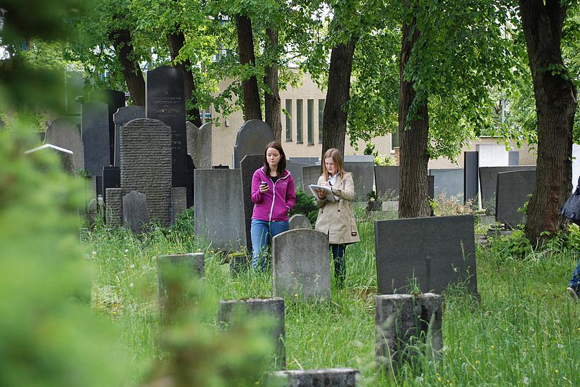 SchülerInnen bei der Recherche auf dem jüdischen Friedhof in Graz