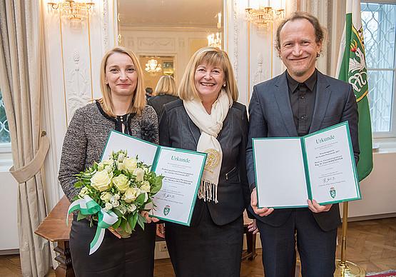 Heidrun Zettelbauer, Rektorin Christa Neuper und Ulrich Hohenester. Foto: Foto Fischer.