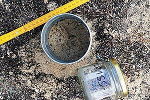 Mikroplastik ist fast überall - auch am Strand. ForscherInnen stellen jetzt eine Methode vor, mit der man den Grad der Verschmutzung messen kann. Ein genaues Monitoring – sowohl zeitlich als auch räumlich – ist wichtig, um Maßnahmen zur Reduzierung und Vermeidung von Plastikmüll in Angriff zu nehmen. Foto: Koblmüller.