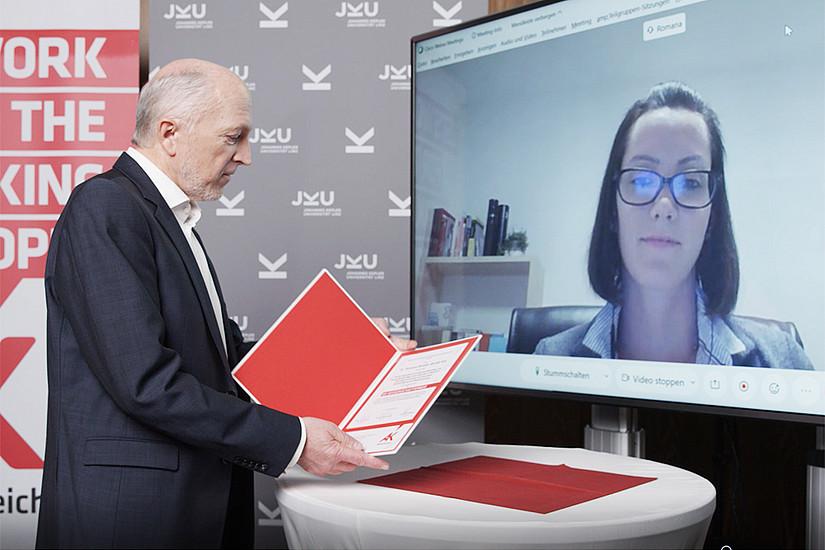 Virtuelle Verleihung: AK-Direktor Josef Moser und Preisträgerin Romana Winkler