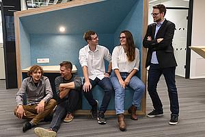 Junge Forschende werden über die Start-up Werkstatt und das Spin-off Lab bei der Verwirklichung ihrer Ideen unterstützt: Christian Steiner, Christopher Pollin, Christian Pacher, Denada Bimi und Markus Hochegger (v.l.). Foto: Uni Graz/Leljak.