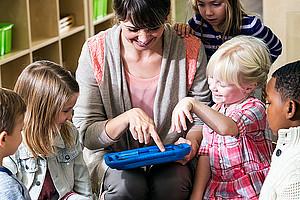 Die Jüngsten qualitätsvoll beschäftigen: Die Forschungen am Zentrum für Professionalisierung in der Elementarpädagogik zeigen die besten Mittel und Wege. Foto: iStock/kali9