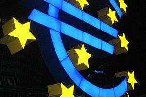 Euro-Zeichen vor der Europäischen Zentralbank in Frankfurt am Main. Foto: Lars Aronsson/wikimedia commons
