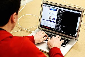 Geflüchtete Frauen und Männer können an der TU Graz Programmieren lernen - in einem fünfwöchigen Online-Kurs. Foto: StartupStockPhotos/pixabay.com
