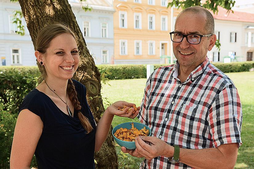 Walter Gössler und Simone Bräuer untersuchten, was in heimischen Pilzen steckt. Foto: Uni Graz/Pichler