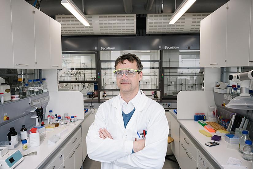 Der Chemiker Wolfgang Kroutil lädt mit dem Organisationsteam diese Woche zur BioTrans-Konferenz. Fast 700 ForscherInnen aus aller Welt haben sich für die Online-Version der weltweit wichtigsten Konferenz im Bereich der Biokatalyse angemeldet. Foto: Uni Graz/Kernasenko.