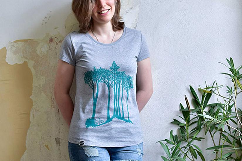 Die T-Shirt sind aus Bio-Baumwolle und in der gesamten Produktionskette klimafreundlich gefertigt. Im Apflbutzn-Webshop sind verschiedene Modelle für Damen, Herren und Kinder erhältlich.