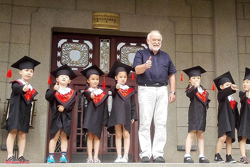 Heinz D. Kurz wird auch in China hoch geschätzt - im Bild mit achtjährigen Studierenden an der Universität Wuhan, wo er im Sommer Gastvorträge hielt. Foto: KK