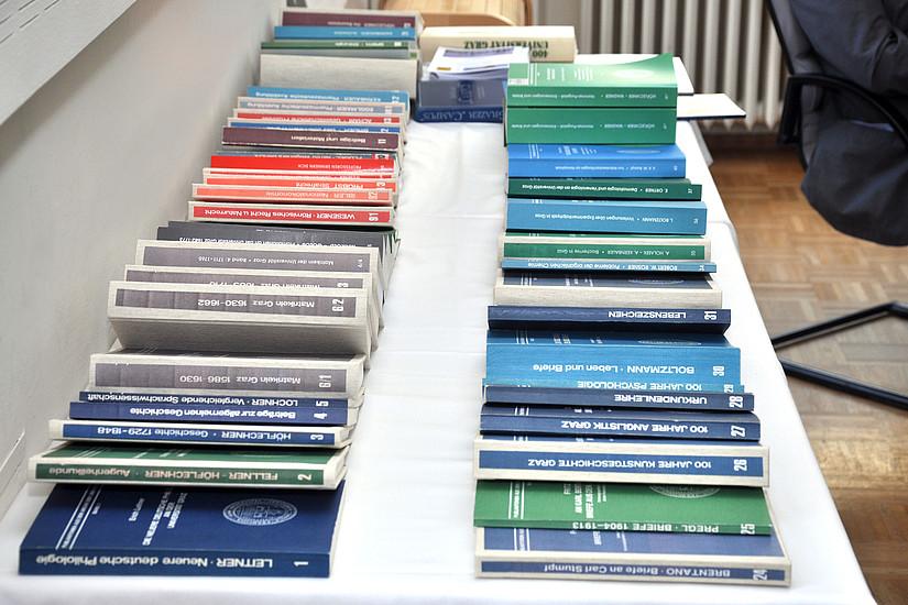 Rund 60 Bücher sind in der Reihe ,Publikationen aus dem Archiv der Universität Graz' bereits erschienen. Fotos: Pichler/Uni Graz