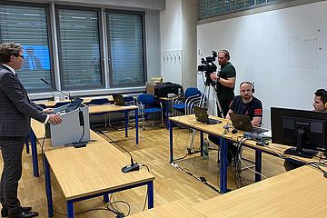 Ein Team der uniIT zeichnete für die technische Durchführung der Veranstaltung verantwortlich. Hier bei der Eröffnung durch Rektor Martin Polaschek.