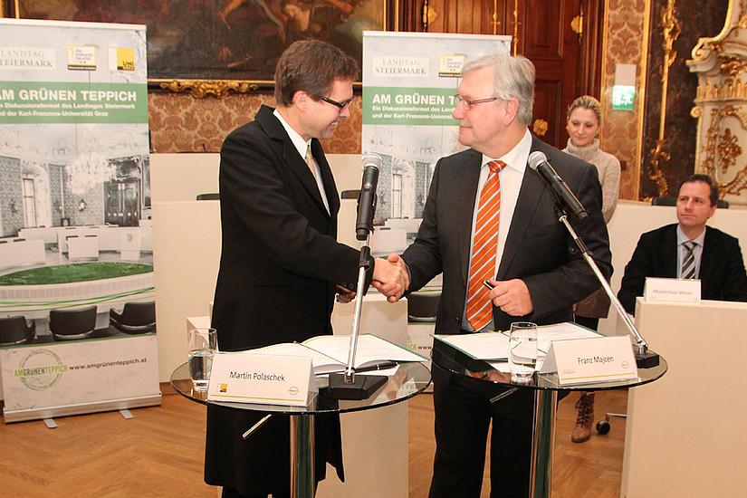 Vizerektor Polaschek (links) und Landtagspräsident Majcen besiegelten die Kooperation