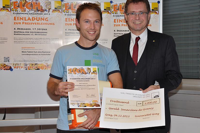 Gerald Senarclens de Grancy (l.) ist heuer Gewinner des Hauptpreises für Lehrende, überreicht wurde er von Vizerektor Martin Polaschek.