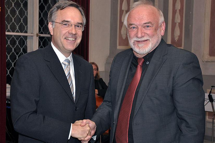 Prof. Hagen Krämer (l.) wünschte seinem ehemaligen Lehrer alles Gute ... für weitere Fotos auf den Pfeil klicken