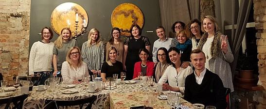Das Projektteam beim Abendessen. Foto: Dana Rone