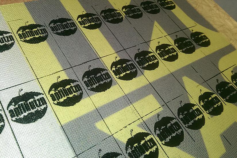 ... und in der Apflbutzn-Werkstatt zu den Labels verarbeitet. Rund 1000 Etiketten entstehen aus einer Fahne.