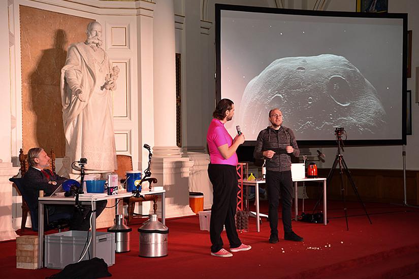 Astronom Florian Freistetter beantwortet Martin Puntigams Fragen, warum Asteroiden manchmal auf die Erde fallen können: Es sei, so der Forscher, jedenfalls nicht bös' gemeint.