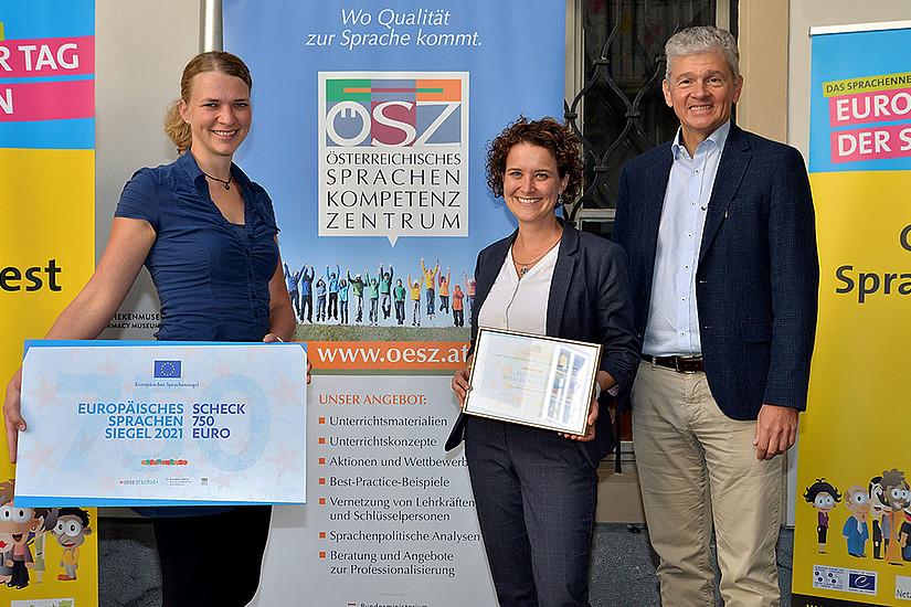Susanne Seifert (links) und Lisa Paleczek wurden von Gunther Abjua vom Österreichischen Sprachen-Kompetenz-Zentrum mit dem Europäischen Sprachensiegel ausgezeichnet. Foto: cp-pictures