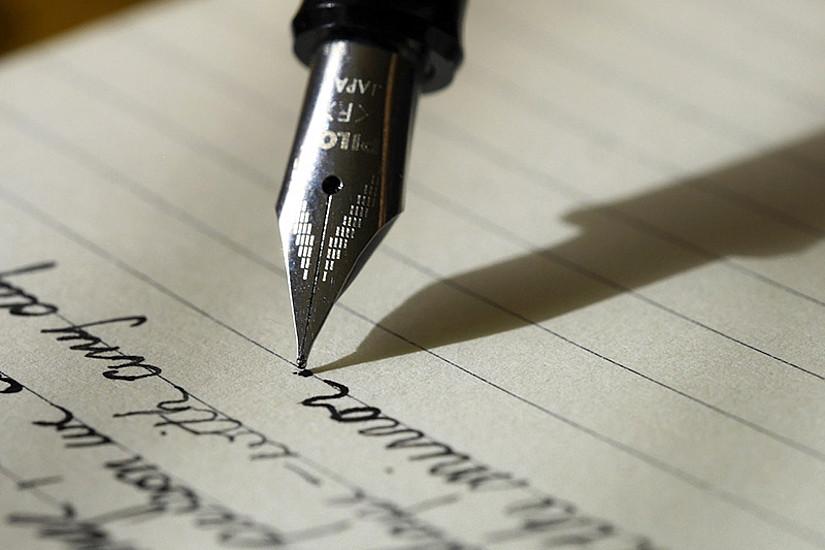 Mit spitzer Feder jemandem etwas schriftlich geben: Wolfgang Holanik hat bildhafte Ausdrücke aus dem Bereich des Schreibens analysiert. Foto: Pixabay/Unsplash