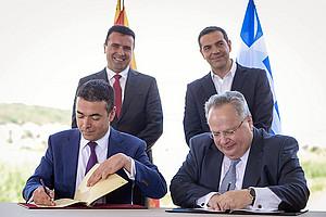 Nikola Dimitrov und Nikos Kotzias (vorne v.l.) mit den Ministerpräsidenten (v.l.) Zoran Zaev (Nordmazedonien) und Alexis Tsipras (Griechenland)
