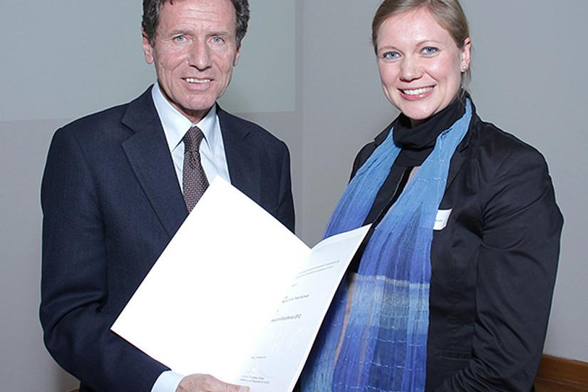 Minister Karlheinz Töchterle überreichte die Urkunden persönlich an Paula Aschauer ...