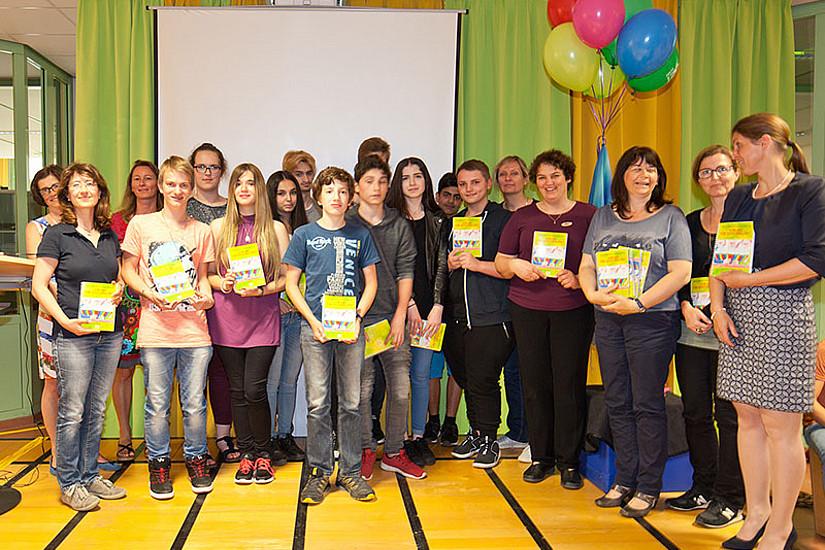 """Das Experimentierbuch """"Für dich von uns erklärt"""" wurde von SchülerInnen der NMS Andritz, des BG Seebacher und der Medienhak präsentiert. Foto: Dagmar Leis."""