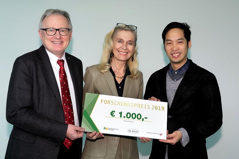 San-Po Pan (rechts) übernahm den Preis von  Ruth Fischer, Geschäftsleitung Apomedica. Rudolf Bauer (links) hat die Dissertation betreut. Foto: Apomedica