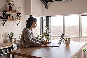 Videokonferenz am Küchentisch: Die Bedingungen im Homeoffice sind nicht immer optimal. Wie das Arbeiten von zu Hause aus gelingen kann, zeigt eine Studie von Renate Ortlieb. Foto: Pexels/Ekaterina Bolovtsova