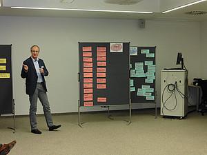 Moderation der Ergebnisse des World Café durch Gerhard Führer - Foto: Sonnleitner