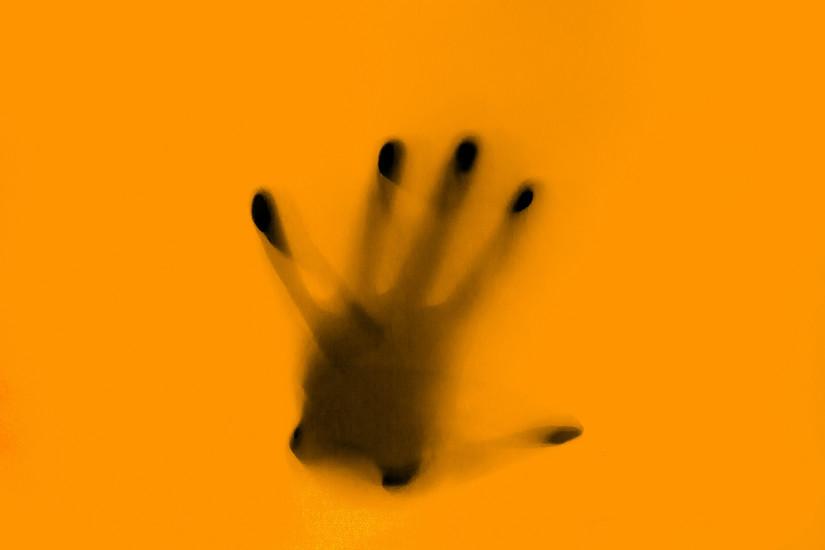 Hand vor gelbem Hintergrund, Missbrauchsfälle professionell begleiten