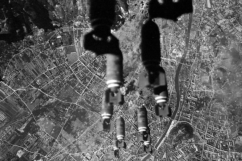 Luftaufnahme eines Bombenangriffs auf Graz im April 1945