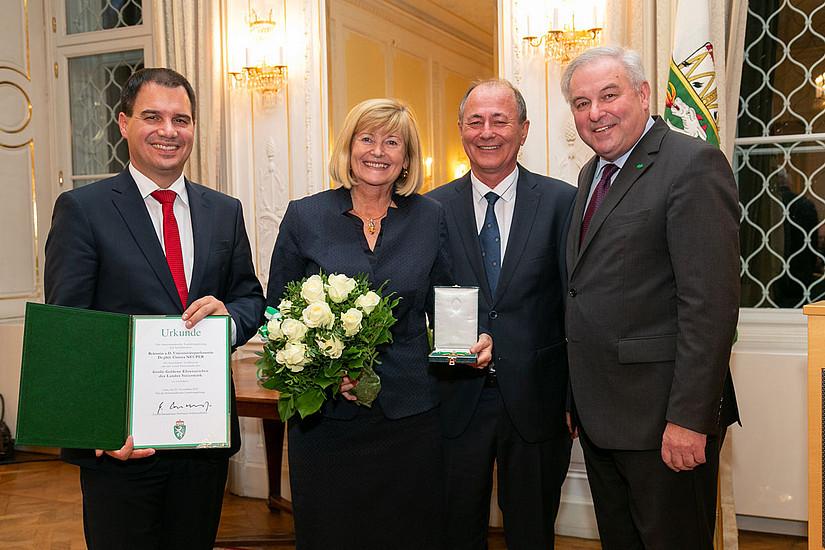 Christa Neuper, die von 2011 bis 2019 die Universität Graz leitete, wurde mit dem Goldenen Ehrenzeichen des Landes Steiermark ausgezeichnet. Landeshauptmann Hermann Schützenhöfer (rechts) und Michael Schickhofer (links) überreichten den Orden. Foto: Robert Frankl