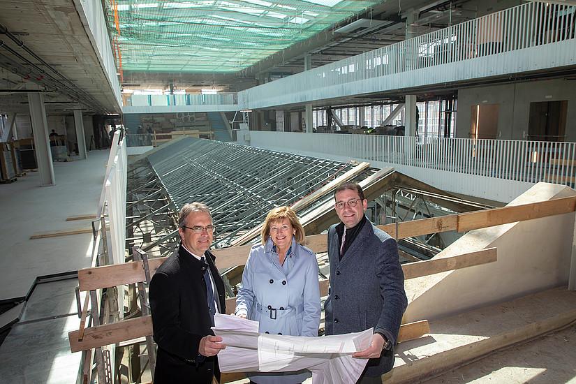 Der Umbau der Grazer Universitätsbibliothek ist in der Zielgeraden: Rektorin Christa Neuper, Vizerektor Peter Riedler und BIG-Geschäftsführer Hans-Peter Weiss im neuen Aufbau der Bibliothek. Fotos: Uni Graz/Lunghammer