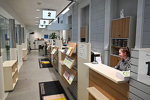 Modern und einladend präsentiert sich die Studienabteilung, die in die Bibliothek übersiedelt ist.