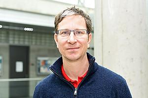 Hans Manner gewinnt aus umfangreichen Statistiken relevante Informationen. Foto: Uni Graz/Eklaude