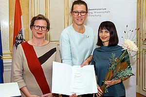 Zorica Sirocic (r.) wurde für ihre Dissertation von Ministerin Iris Rauskala (M.) geehrt. Die Laudatio bei der Verleihung des Gabriele-Possanner-Preises hielt Karin Harrasser (l.). Foto: Petra Spiola