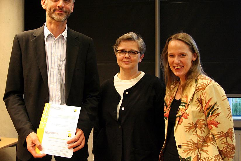 Anerkennungspreis im Anreizsystem für Frauenförderung für den Wissenschaftszweig Physik: Institutsleiter Joachim Krenn, Vizerektorin Dworczak und AKGL-Vorsitzende Scherke (v. l.)