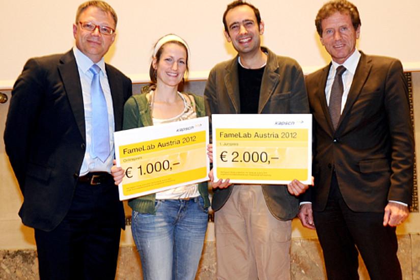Didac Carmona (zweiter von rechts) mit Minister Karlheinz Töchterle nach seinem Gewinn bei Famelab. Foto: Stefanie Starz.