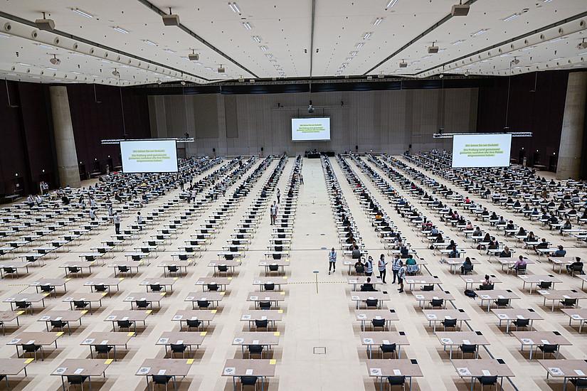 Erstmals ging die Aufnahmeprüfung für Psychologie in der Grazer Stadthalle über die Bühne. Insgesamt traten 683 TeilnehmerInnen an. Foto: Uni Graz/Tzivanopoulos