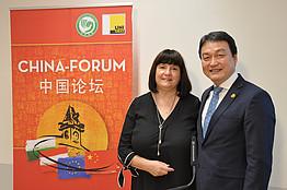 Dr. Wan Jie Chen &n Eva Märzendorfer-Chen vor Rollup
