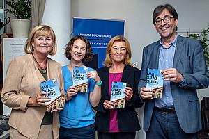 Rektorin Christa Neuper, die Autorinnen Gerhild Leljak und Astrid M. Wentner mit Leykam-Geschäftsführer Wolgang Hölzl (v.r.). Foto: Alexander Leljak.
