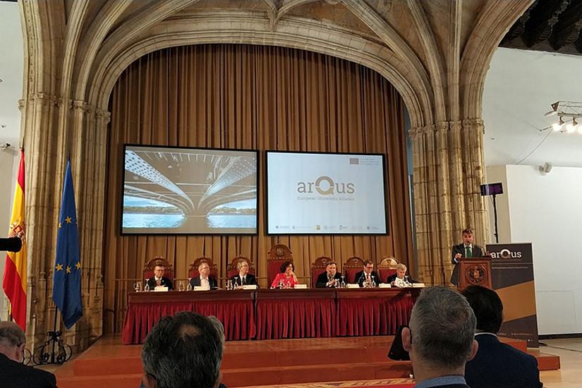 VertreterInnen der sieben Universitäten präsentieren, gemeinsam mit Pablo Martin González vom spanischen Wissenschaftsministerium, die Arqus-Allianz an der Universität Granada der Öffentlichkeit. Alle Fotos: Universität Granada.