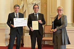 Preisträger Leonhard Grill (Mitte) mit den VizerektorInnen Catherine Walter-Laager und Joachim Reidl. Foto: Uni Graz/Köppel