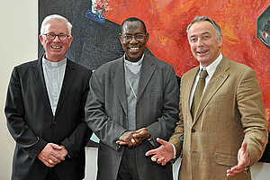 Weihbischof Franz Lackner (l.) und Theologie-Dekan Ferdinand Angel (r.) empfingen Erzbischof Simon Ntamwana an der Uni Graz.
