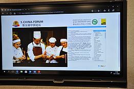 Kulturaustausch: Chin. Koch mit Schülerinnen der Pädag