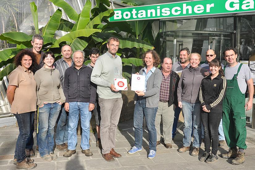 Evelyn Kaindl-Ranzinger, Bildmitte, überreichte das Gütesiegel an den Leiter des Botanischen Gartens an der Uni Graz, Christian Berg. Foto: Uni Graz/Tzivanopoulos
