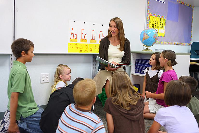 Erziehungs- und BildungswissenschafterInnen arbeiten daran, die Tätigkeit von SchulassistentInnen aufzuwerten. Foto: shutterstock / Hurst Photo
