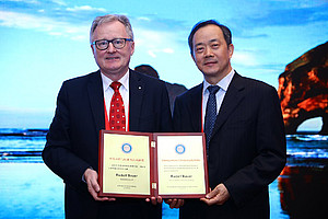Rudolf Bauer (l.) mit Guo De-an, Chairman der TCM Pharmaceutical Analysis Specialty Group of the World Federation of Chinese Medicine Societies. Fotos: Uni Graz/Bauer