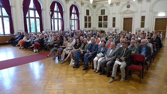 """Etwa 200 Interessierte kamen am 18.06.2015 zur Eröffnung der Ausstellung """"Licht und Schatten""""."""