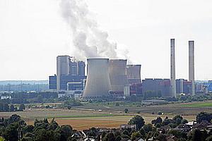 Rauchende Fabrik-Schlote. Foto: Heike/pixelio.de