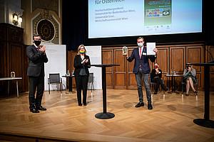 """Gottfried Kirchengast nahm den 1. Platz für den """"Nationalen Energie- und Klimaplan"""" entgegen. (Foto: BMK / Cajetan Perwein)"""